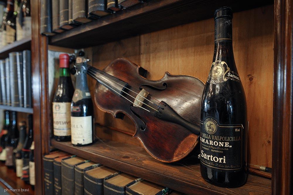 La libreria e l'antico violino nel Café Carducci